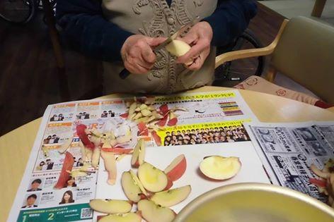 リンゴの皮を剥きましょう!!